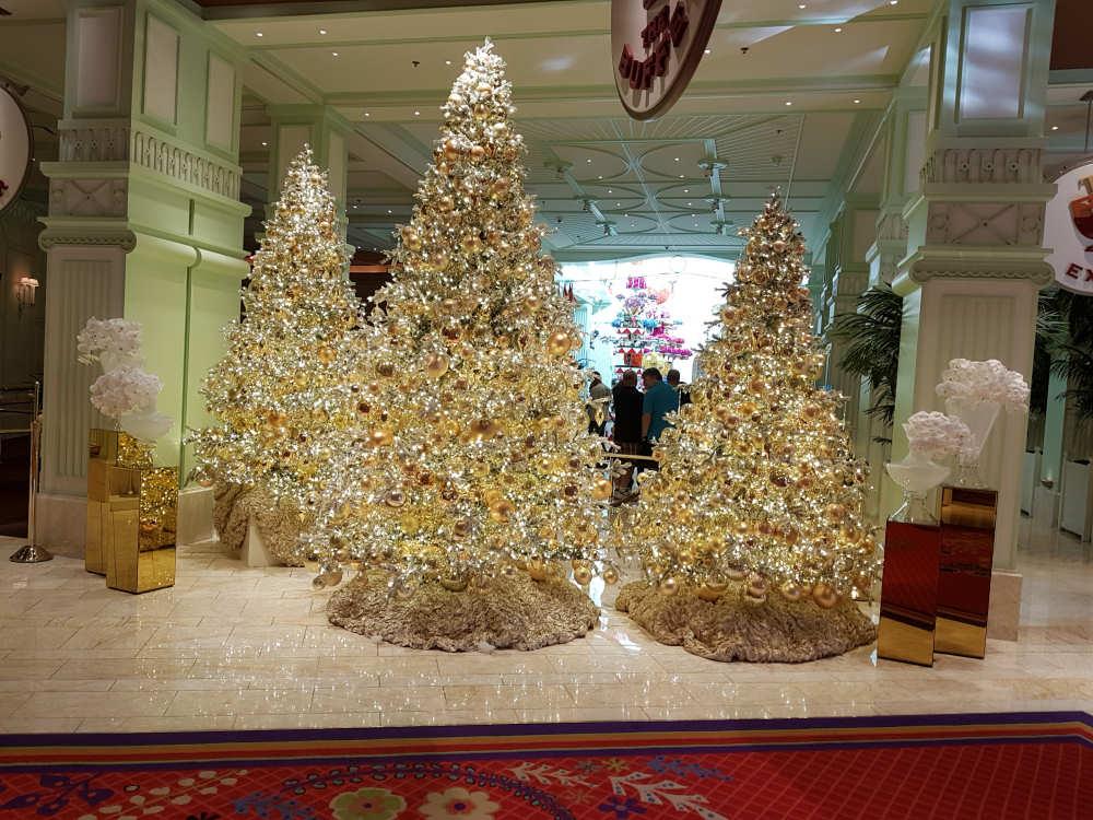 Versierde kerstbomen in het Wynn