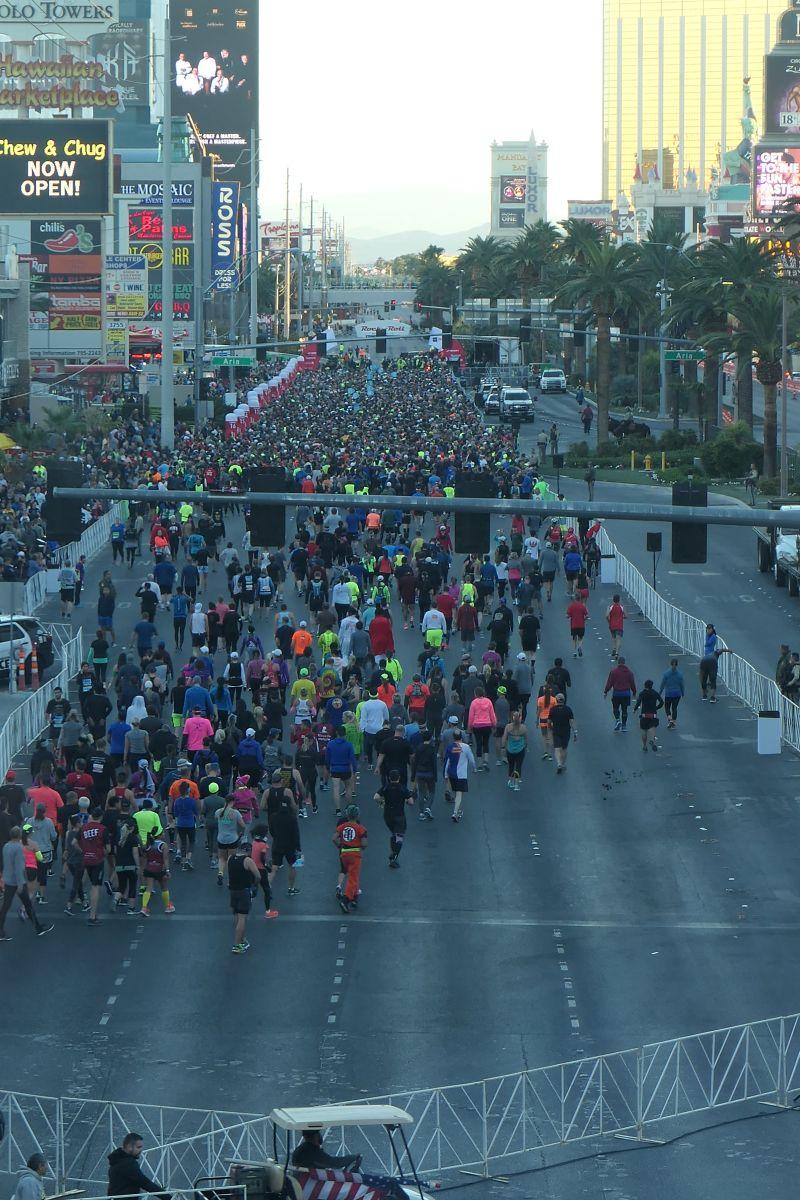 Lopers naar de start van de Marathon in Las Vegas