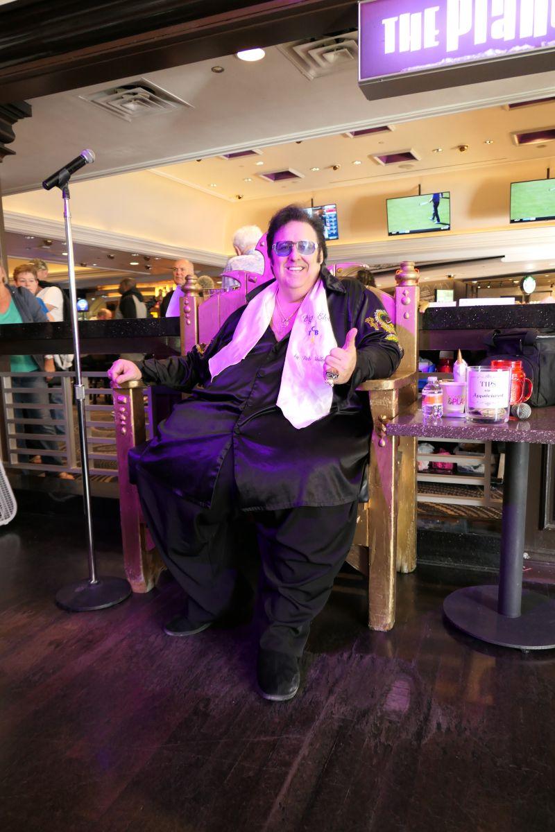 Pete Vallee als Big Elvis, prachtig mens