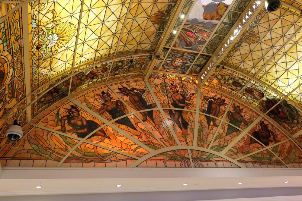 Prachtig versierd plafond in het Tropicana Casino