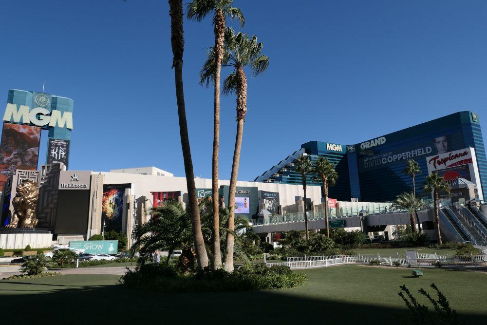 Het MGM Grand Hotel met de loopbrug naar het Tropicana Hotel