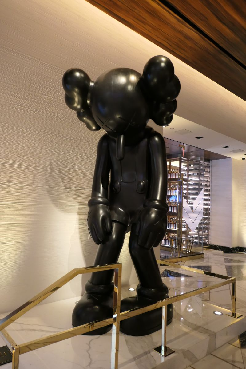 "Kunstwerk ""Small Lie"" (Kaws) in Palms Casino"