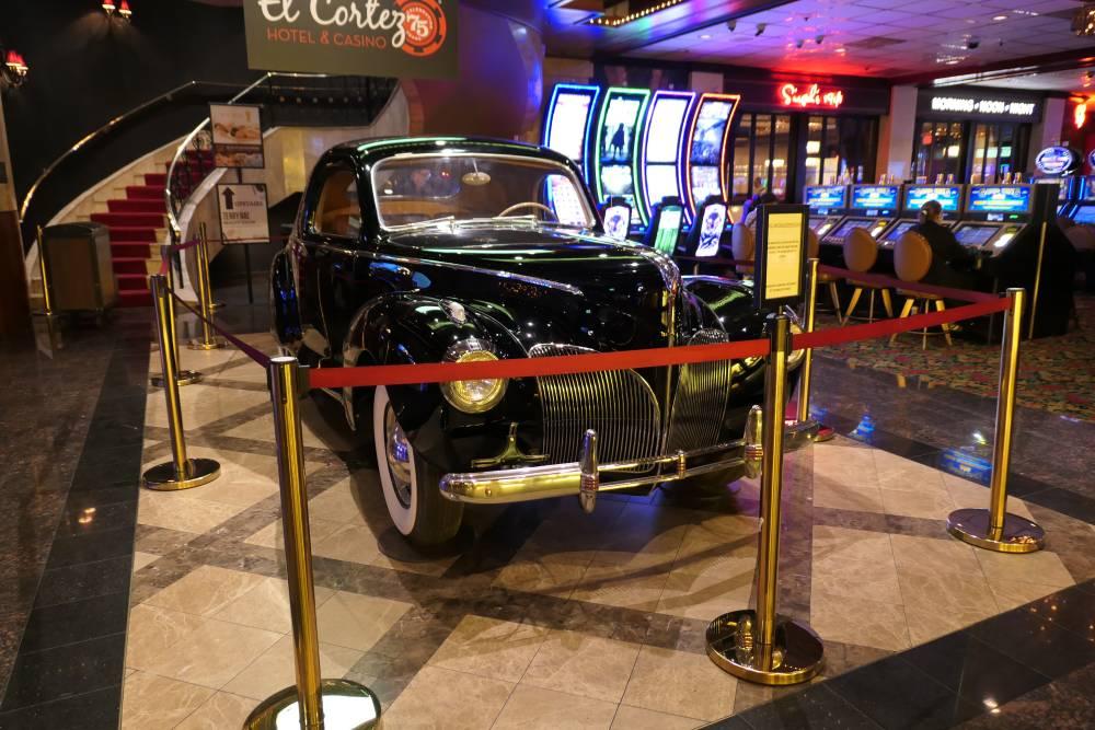 Mooie auto geschonken door de Maloof familie, even oud als het casino.