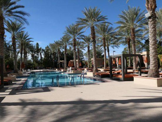 Zwembad Alinate Hotel met mooie Palmbomen