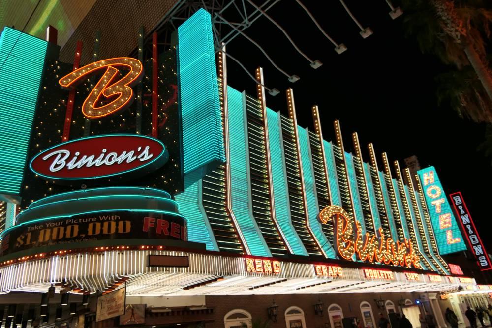 Downtown Las Vegas, Neons en straatartiesten