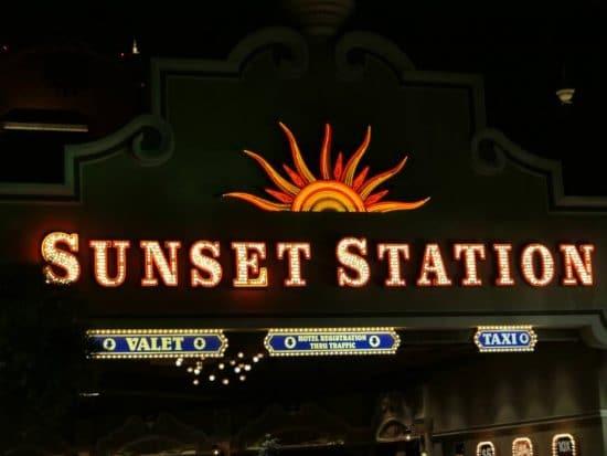 Mooie Neon zon, Dunset Station