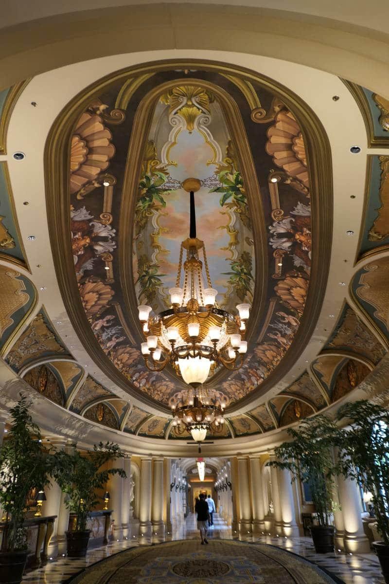 Mooi plafond als ik naar mijn suite loop