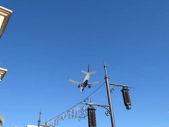 Laag vliegende vliegtuigen winkelcentrum Town Square Las Vegas