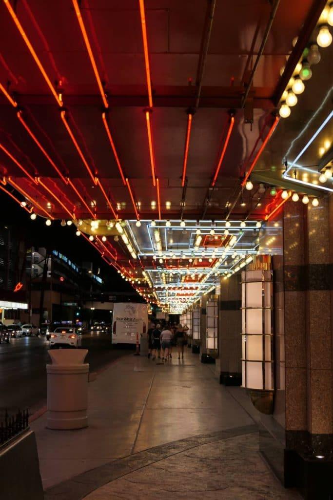 onder neons doorlopen in Downtown Las Vegas