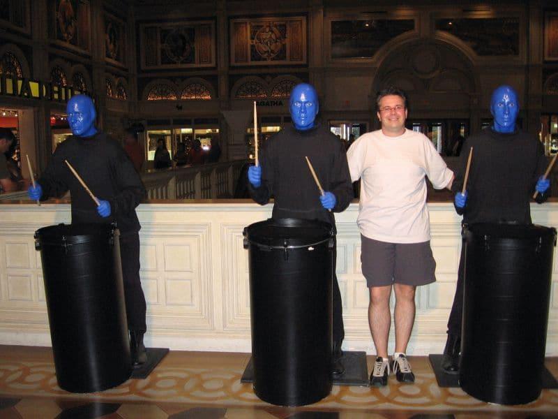 LasVegasNic bij standbeelden van The Blue Men Group